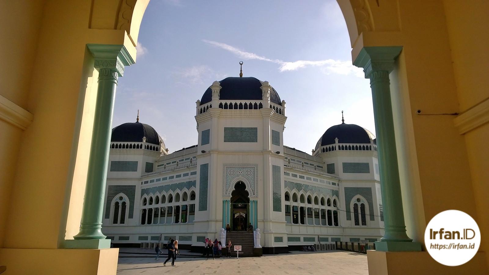 Pintu masuk Masjid Raya Al-Mashun Medan